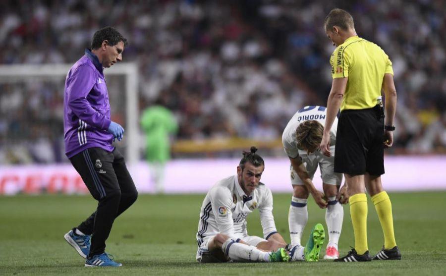Bale tendido sobre el césped del Bernabéu