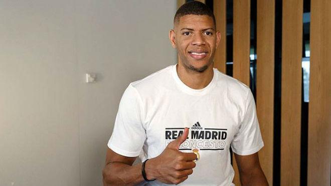 Walter Tavares posa con una camiseta de su nuevo club