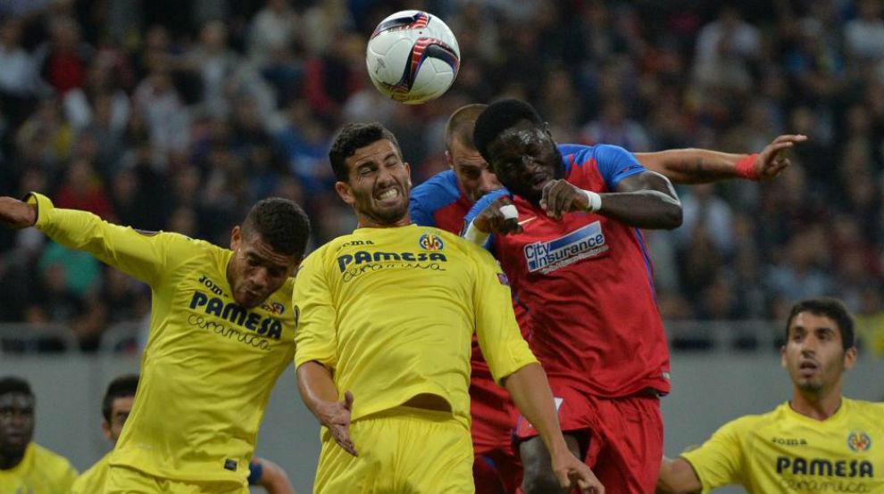 Una imagen de Muniru Sulley (derecha) cuando jugaba en el Steaua.