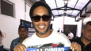 Ronaldinho se hizo presente en la casa de Gallos Blancos.
