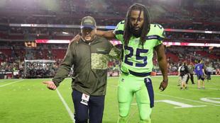 Sherman (29) es ayudado a abandonar la cancha del estadio de la...