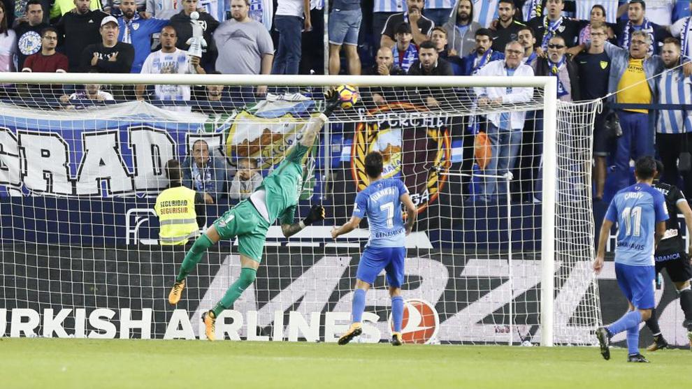 Los jugadores del Málaga, en el partido ante el Celta en La Rosaleda