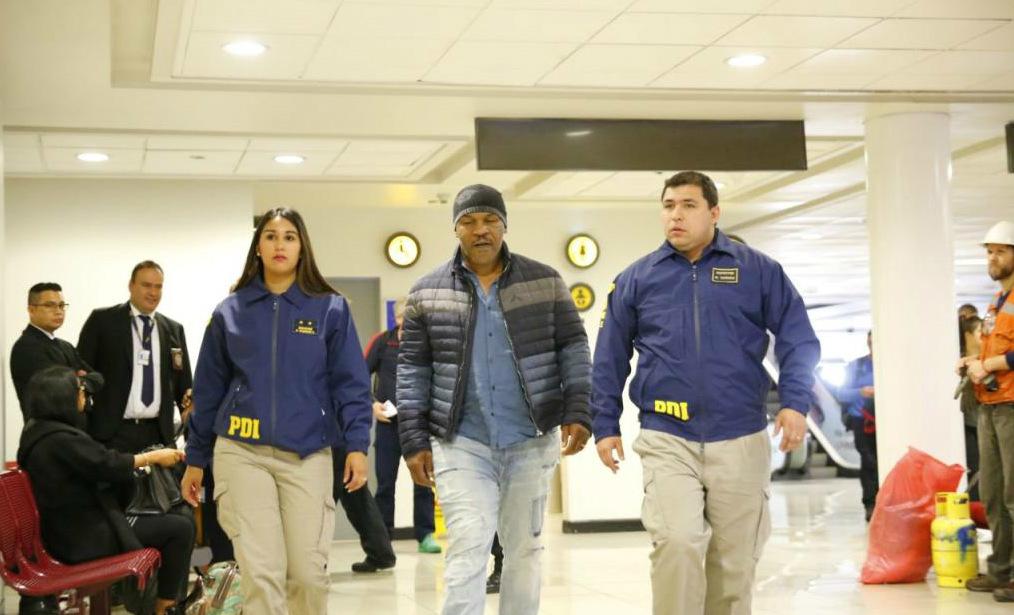 Tyson, escoltado por la policía de Chile durante su expulsión de ese...