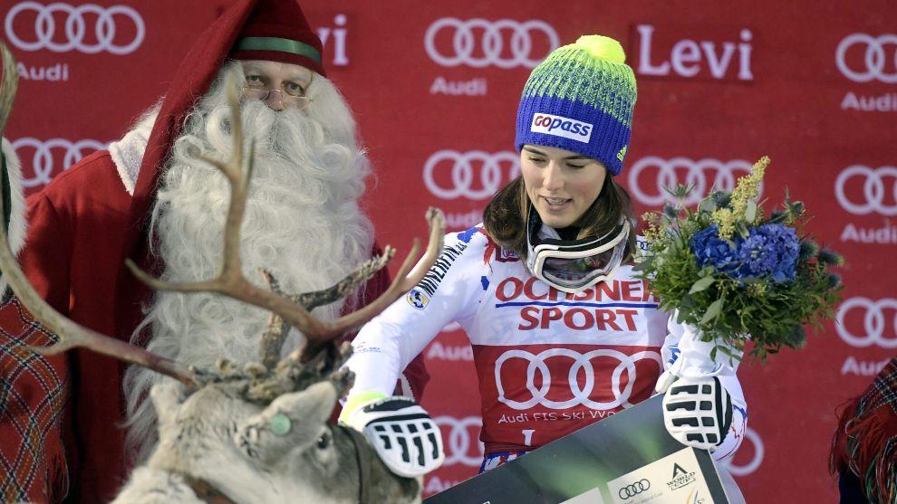 Petra Vlhova de Eslovaquia celebra su victoria en el podio con Papá...