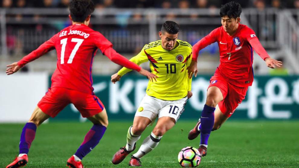James trata de superar a dos jugadores de Corea del Sur en el amistoso...
