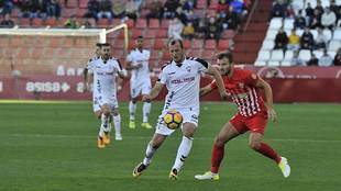 Zozulia, autor del segundo gol, controla el balón ante el italiano...