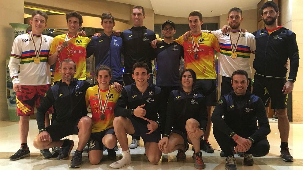 Los 'trialeros' españoles, con sus medallas y junto a un gran equipo.
