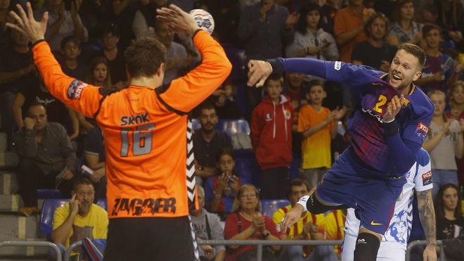 Sprizak lanza sobre el portero del Zagreb en el último partido de la...