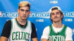 Theo junto a Antoine Griezmann con la camiseta de los Celtics