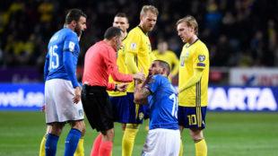 Bonucci se queja con el colegiado por el codazo de Toivonen