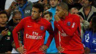 Mbappé habla con Neymar durante un calentamiento.