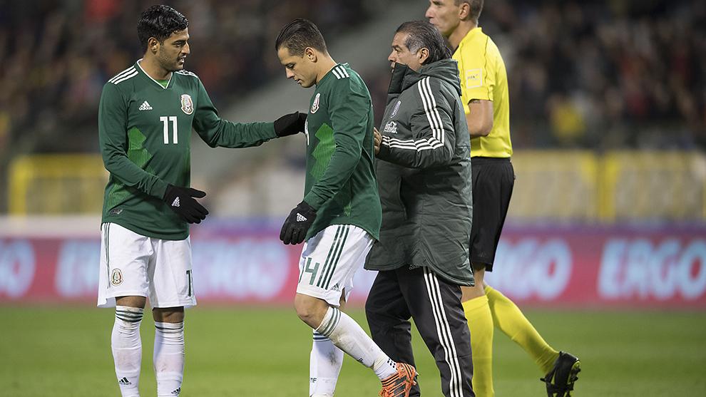 Javier Hernández sale lesionado ante Bélgica.