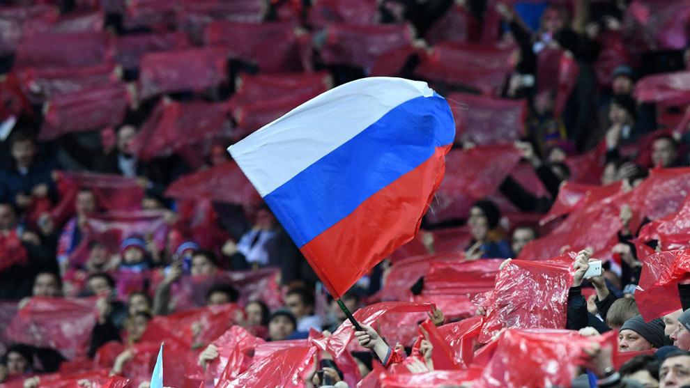 Una bandera rusa sobresale en el mosaico previo al amistoso frente a...
