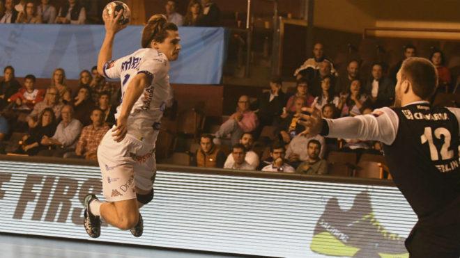 Mario López culmina un contragolpe del Ademar