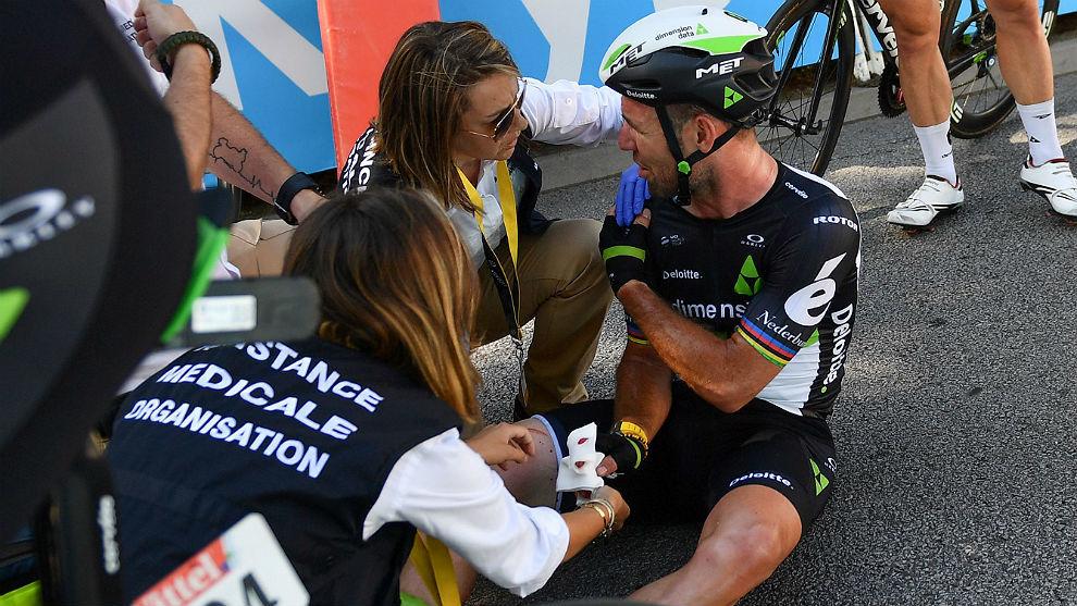 Los médicos del Tour atienden a Cavendish tras caer en el esprint de...