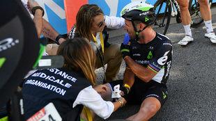 Los m�dicos del Tour atienden a Cavendish tras caer en el esprint de...