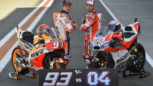 Márquez y Dovizioso posan en el 'pit lane' de Cheste antes...
