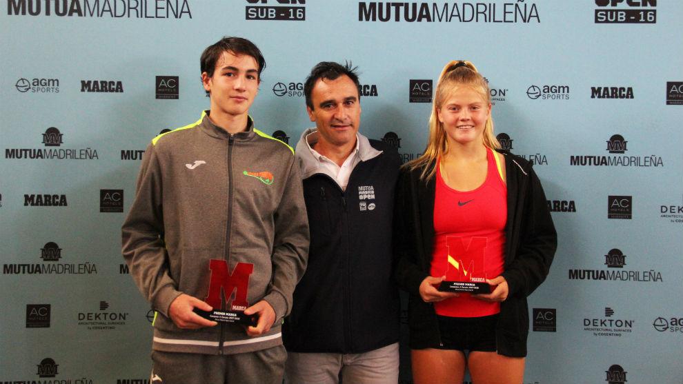 Mario Mansilla y Clarine Lerby junto a Alberto Berasategui tras ganar...