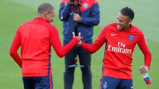 Mbappé y Neymar se saludan en un entrenamiento.