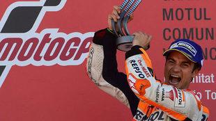 Pedrosa celebra su triunfo en el podio de Cheste.