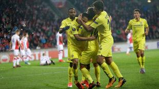 Los jugadores del Villarreal celebran un tanto ante el Slavia.