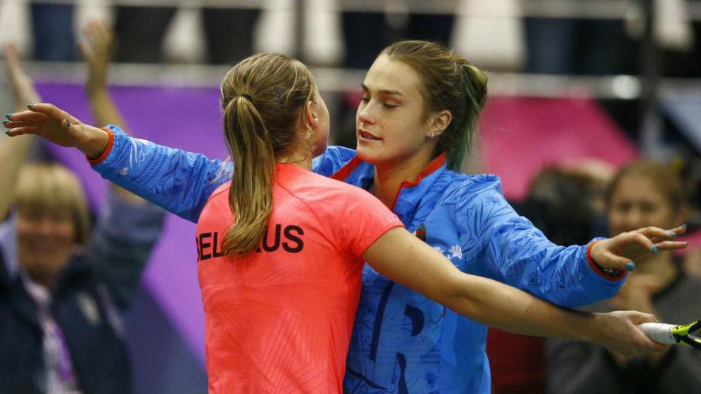 Sasnovich y Zabalenka se abrazan