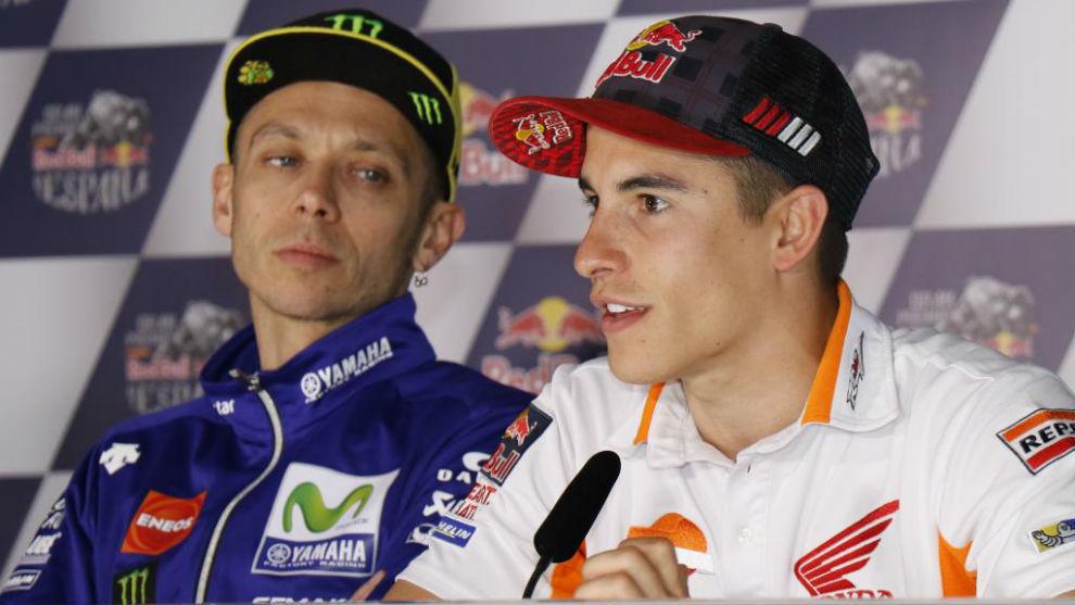 Rossi (izquierda) y Márquez (derecha), durante una rueda de prensa