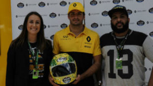 Carlos Sainz posa con el casco.