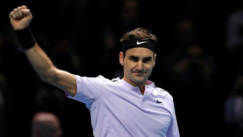 Federer levanta el brazo