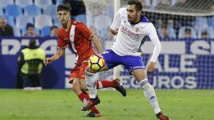 Borja Iglesias controla un balón en e partido frente al Rayo.