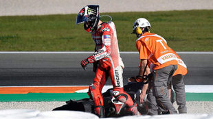 Lorenzo, tras caerse en Cheste.