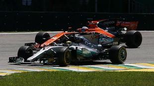 Momento en el que Hamilton adelanta a Alonso en el GP de Brasil