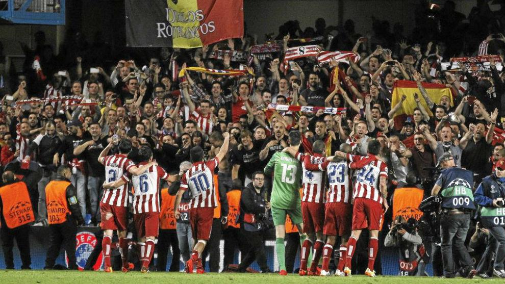 Los jugadores del Atlético celebran con sus seguidores el pase a la...