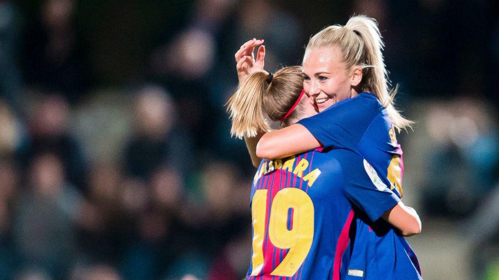 Bárbara Latorre y Toni Duggan se abrazan tras un gol ante el Madrid...