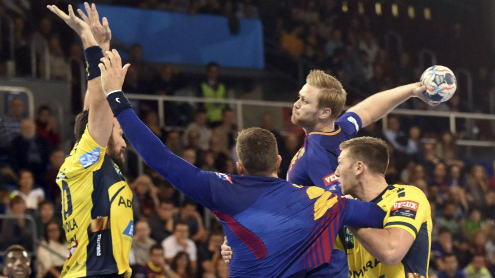 Aron Palmarsson ensaya el lanzamiento ante Gedeón Guardiola.