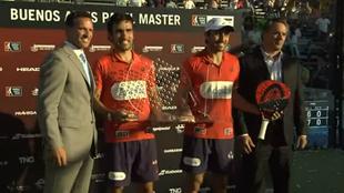 Lima y Bela, con el trofeo que los acredita como vencedores del Buenos...