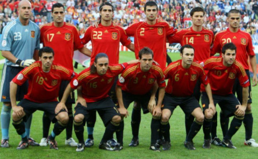 Juanito junto a sus compañeros de la selección nacional contra...