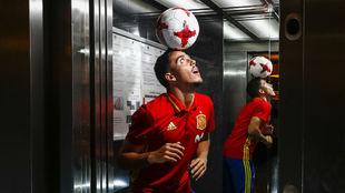 Pablo Fornals hace malabares con el balón en el hotel de...