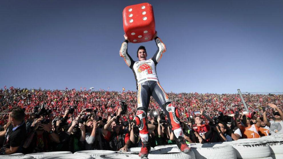 Marc Márquez, con el dado de celebración del título mundial