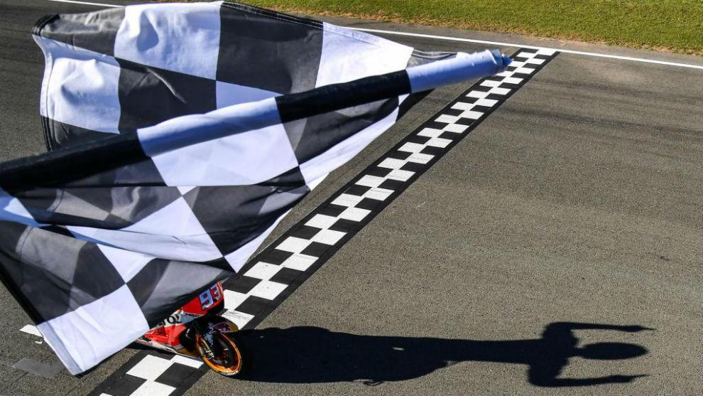 Marc Márquez cruza la línea de meta en Cheste y se convierte en...