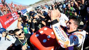 Marc Márquez, celebrando el título mundial con su grada de fans en...
