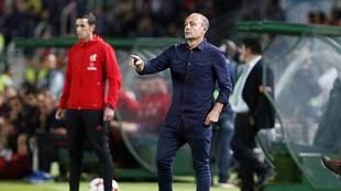 Vicente Mir, en la banda del Martínez Valero durante el partido de...