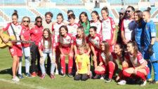 Las jugadoras del Santa Teresa posan con Manuel Malab� en el Nuevo...
