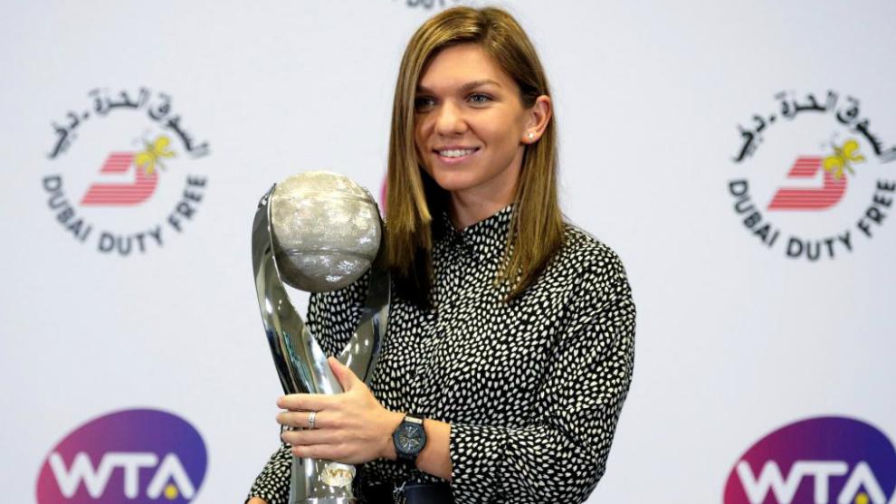 Simona Halep, con el trofeo de número 1 del mundo en Singapur