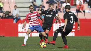 Matos controla el balón ante Víctor Díaz durante el Granada-Sevilla...