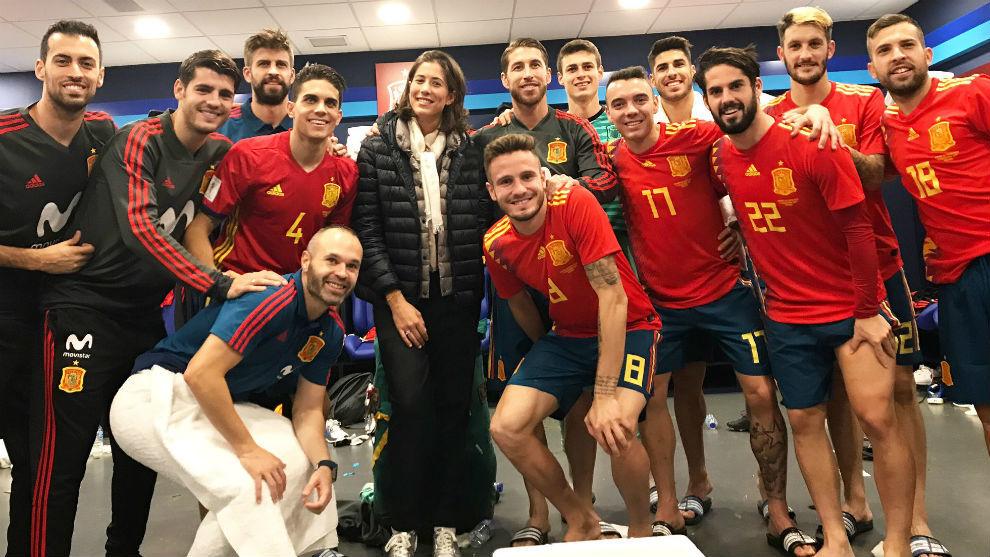 Garbiñe, con los futbolistas de la selección española