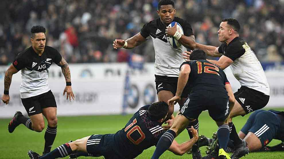Anthony Belleau placa a Waisake Naholo en el Stade de France