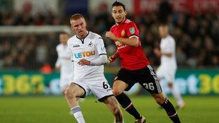Matteo Darmian corre junto a un rival del Swansea.