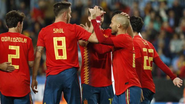 Los jugadores de Espa�a celebran uno de los cinco tantos anotados...