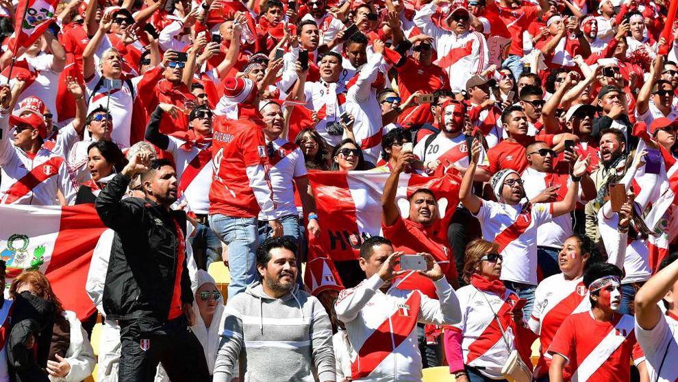 Los aficionados de la selección Perú, en el partido que se jugó en...